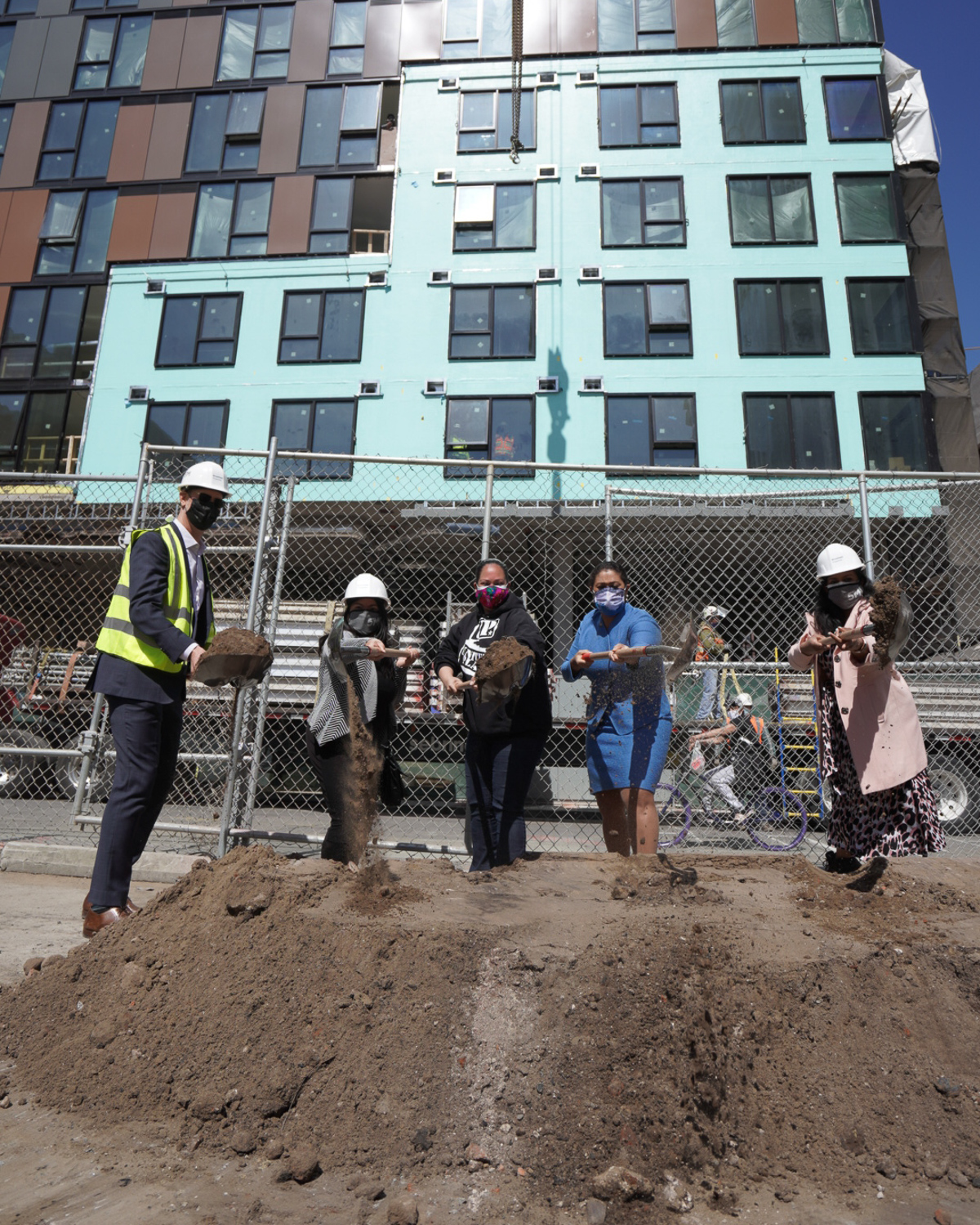 Pictured (Left to Right) Brookfield Properties Jack Sylvan and Juslyn Manalo, United Playaz Misha Olivas, Mayor London Breed and Brookfield Properties Swathi Bonda at 5M parks groundbreaking and housing topping out celebration.